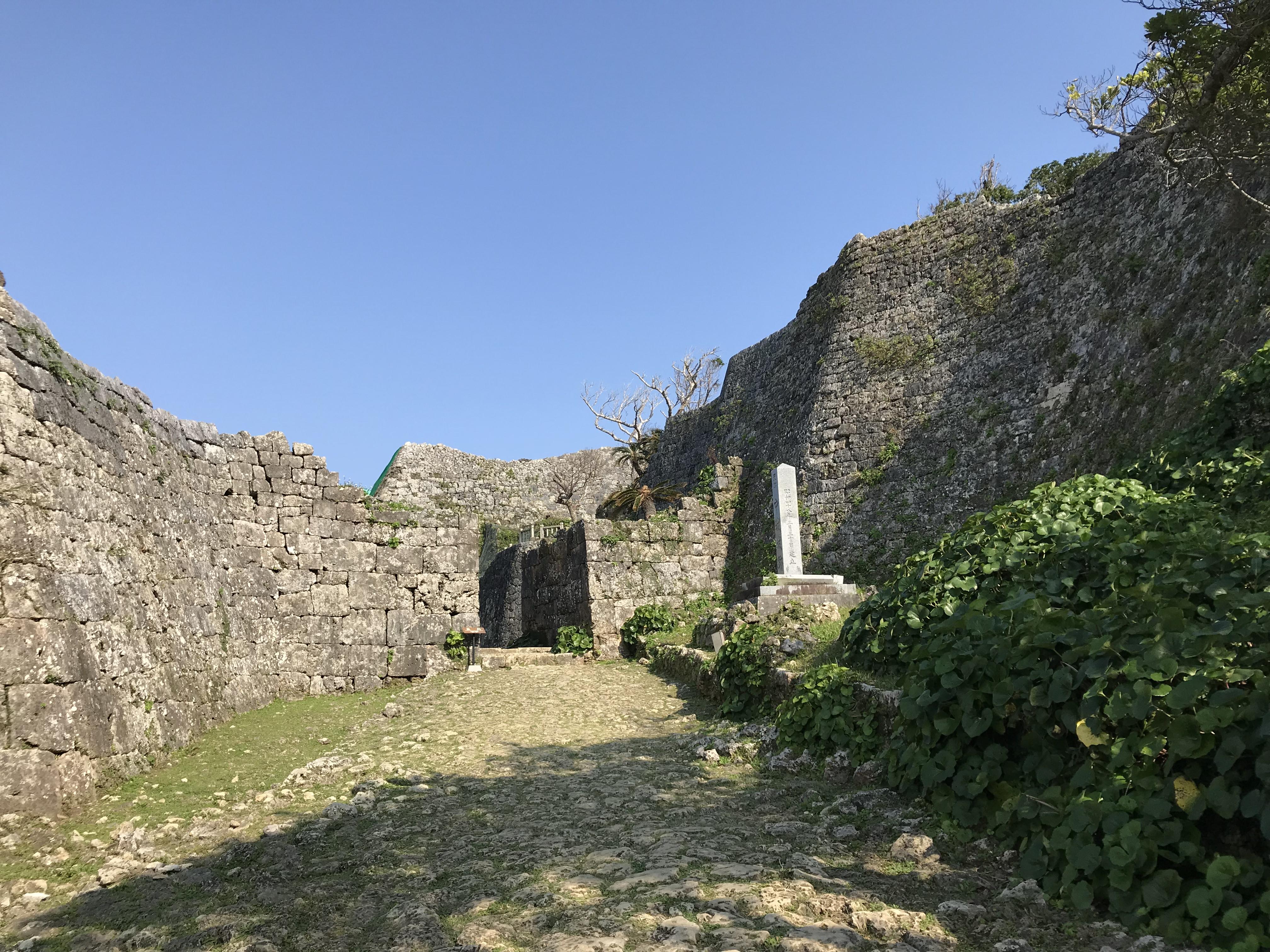 中城城跡、石積建築が分かる画像